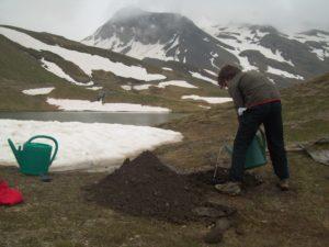 Certaines tâches se font en famille comme ici l'amorçage de l'irrigation